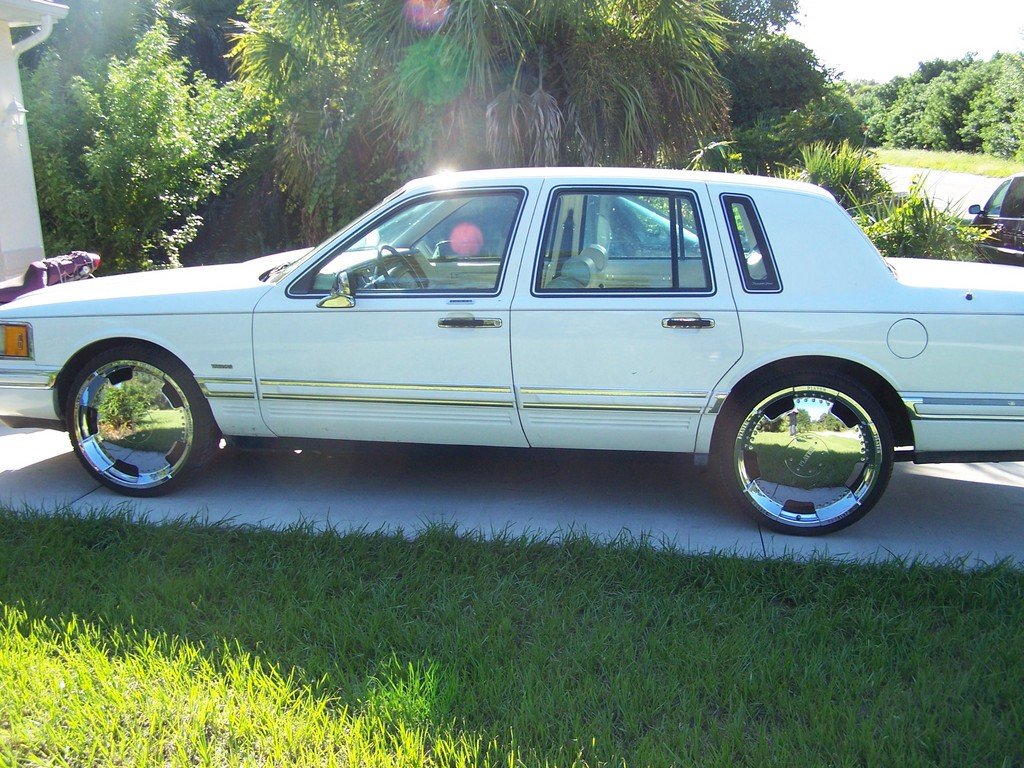 1994 Lincoln Town Car Image 2