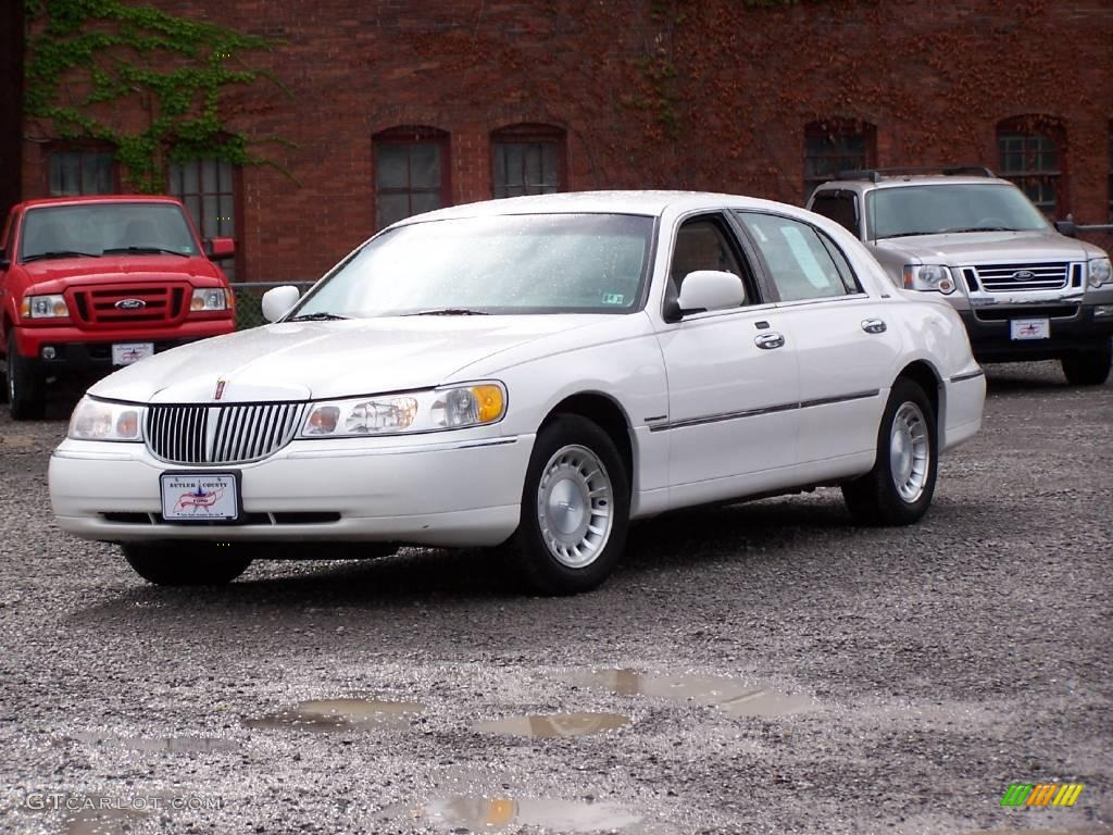 2000 Lincoln Town Car - Information and photos - ZombieDrive