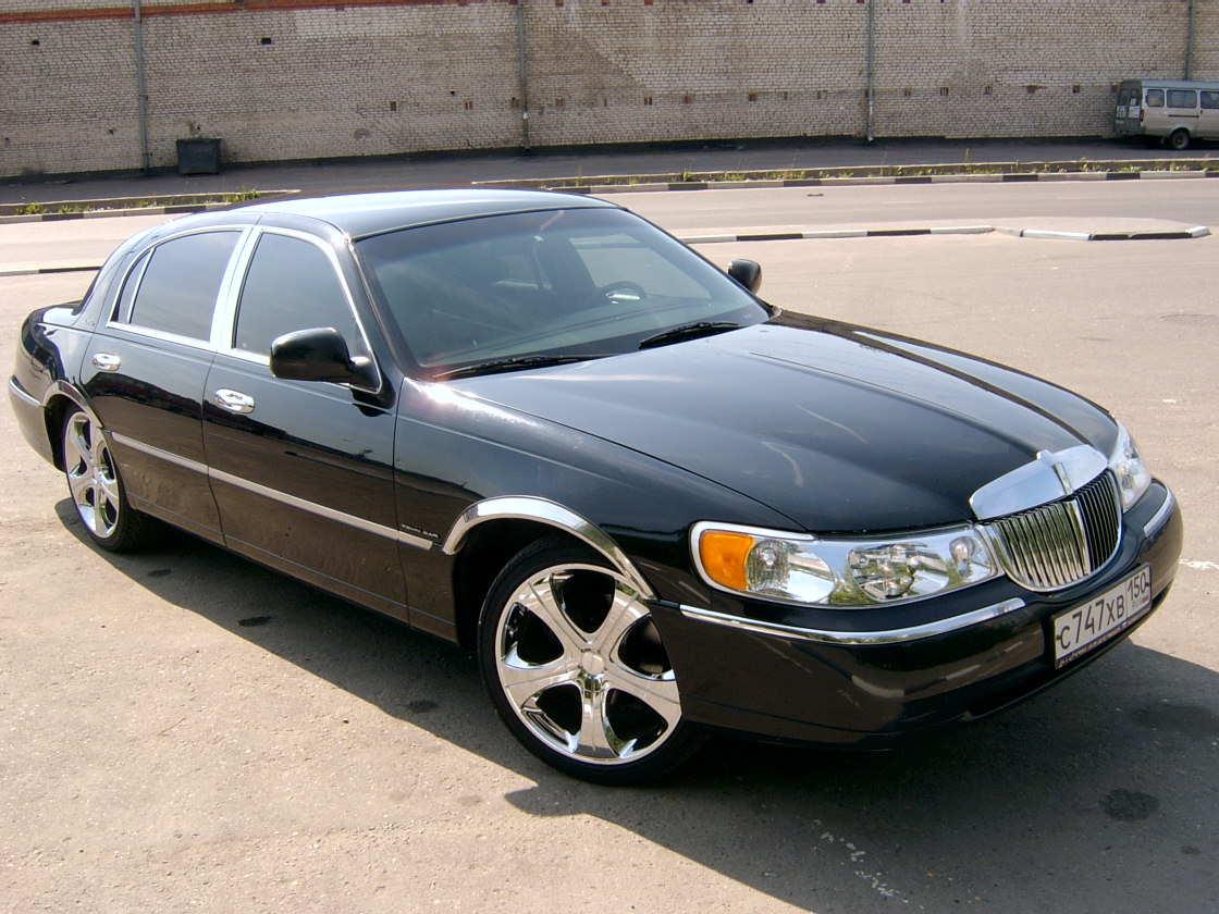 2000 Lincoln Town Car 1