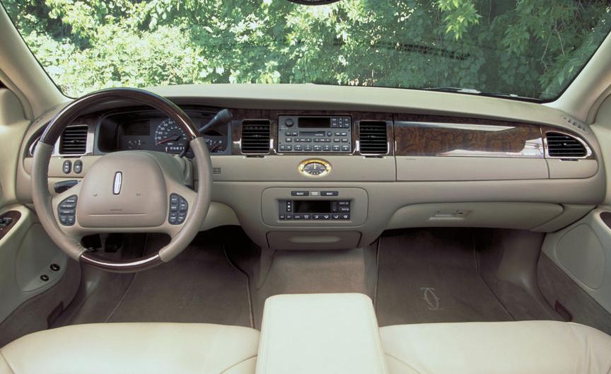 2001 Lincoln Town Car 1