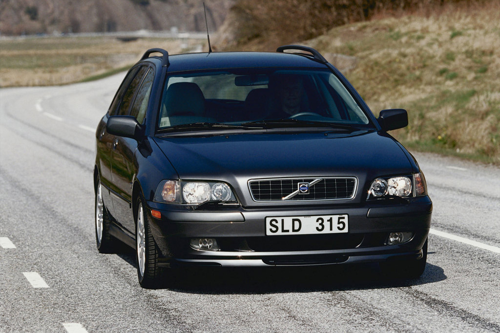 2001 volvo v40 information and photos zombiedrive. Black Bedroom Furniture Sets. Home Design Ideas