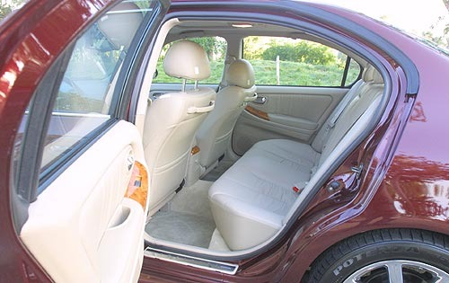 2002 Infiniti I35 Rear In interior #3