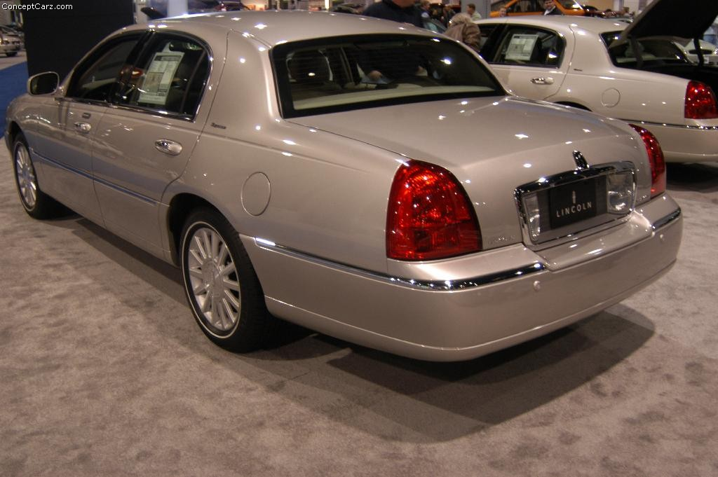 2004 lincoln town car information and photos zombiedrive. Black Bedroom Furniture Sets. Home Design Ideas