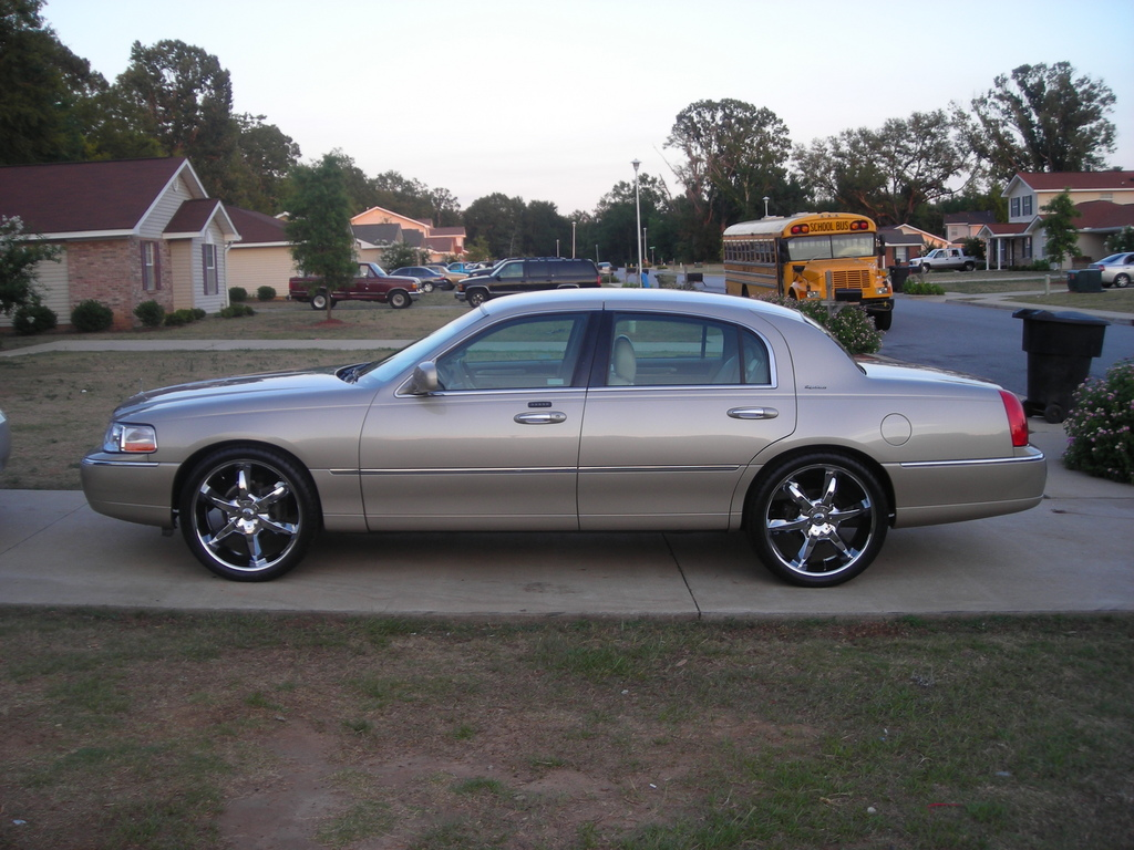 2005 Lincoln Town Car Information And Photos Zombiedrive
