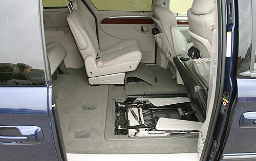 2005 Chrysler Town and Co interior #8