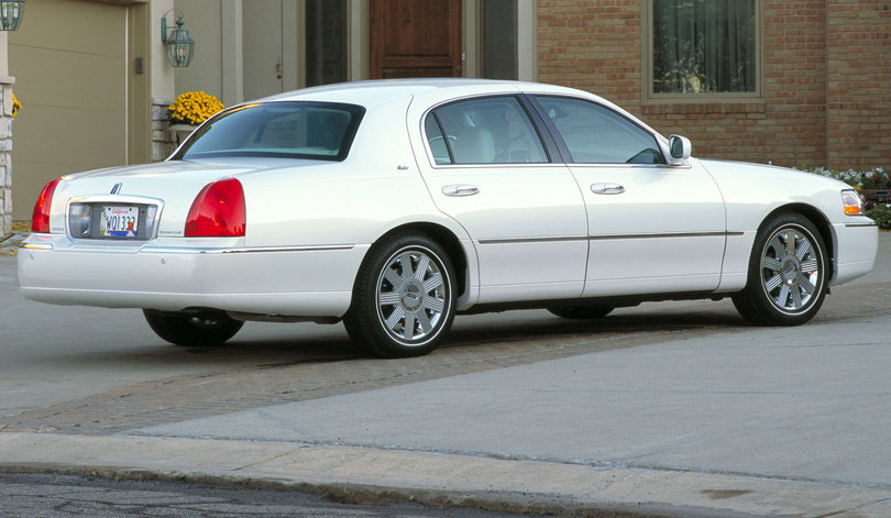 2010 Lincoln Town Car Image 2