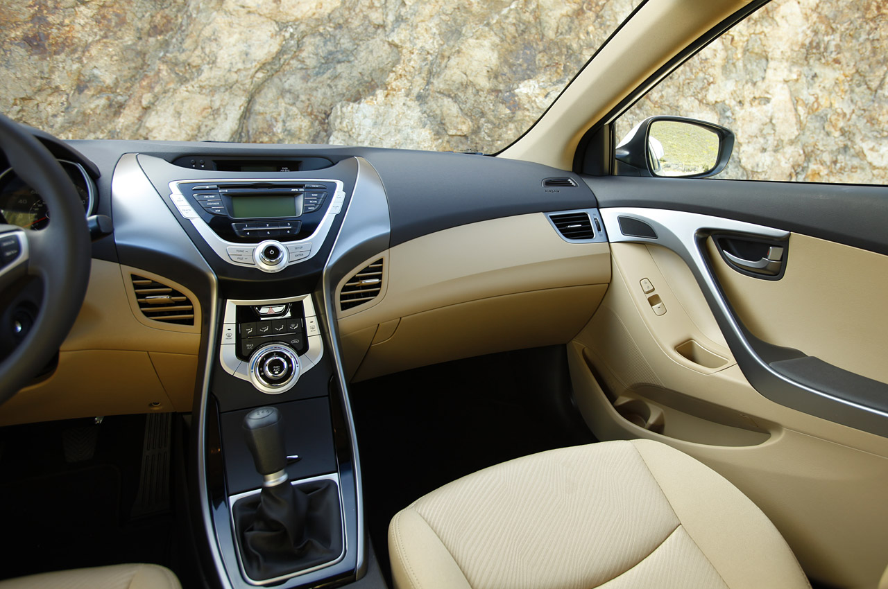 2011 Hyundai Elantra Image 2