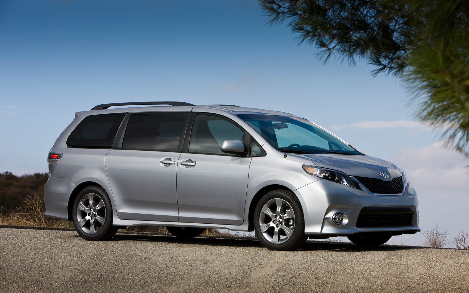 toyota limited sienna all cars drive used auto saugus navigation mall xle at wheel dvd