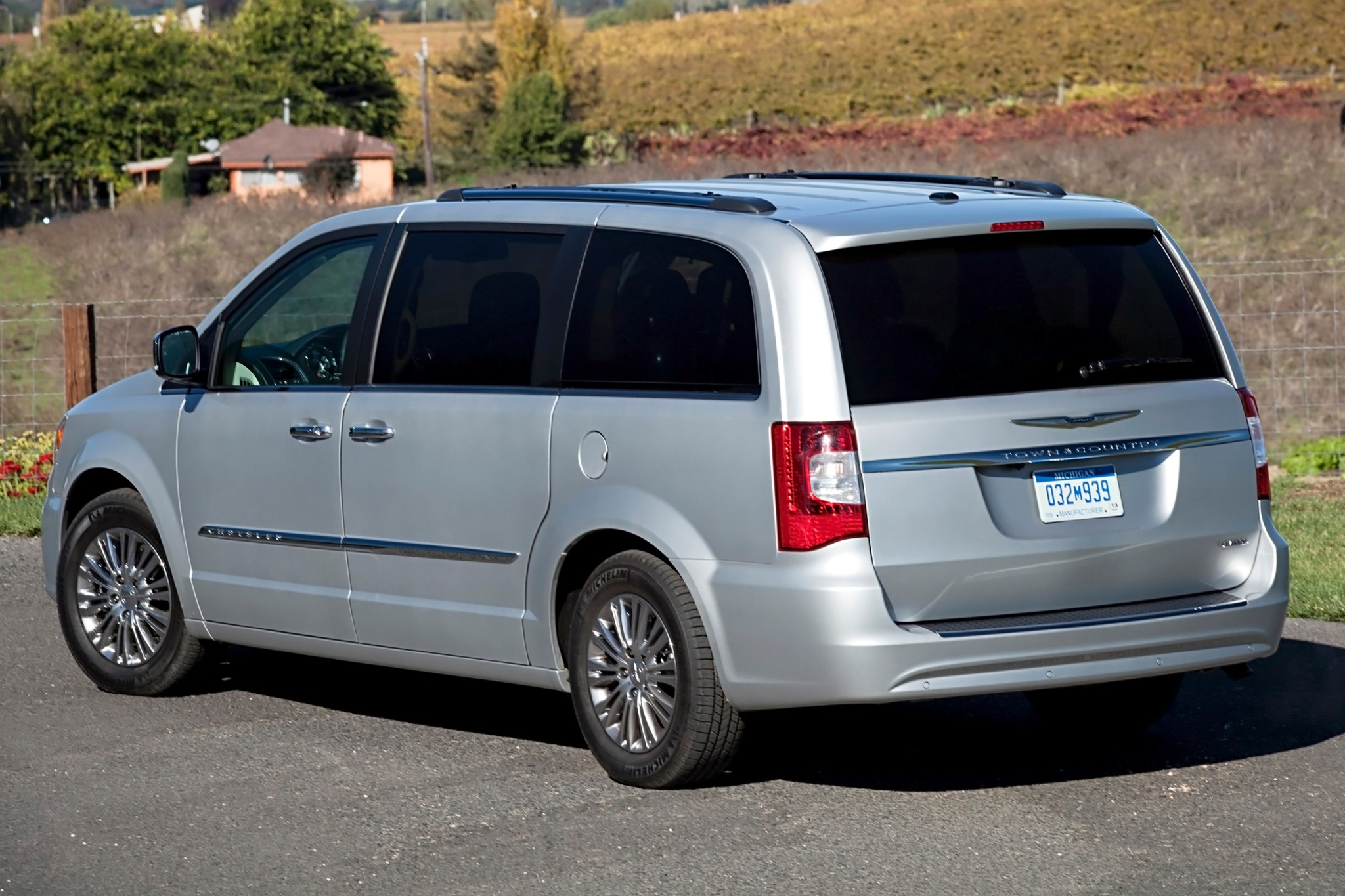 2013 Chrysler Town and Co exterior #9
