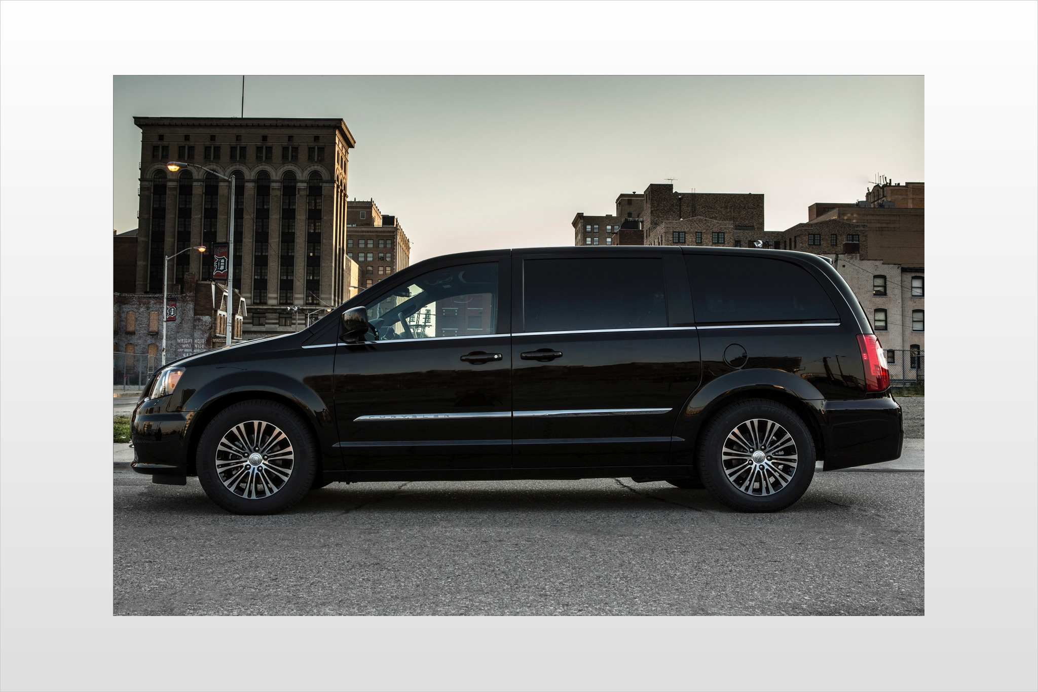 2013 Chrysler Town and Co exterior #6