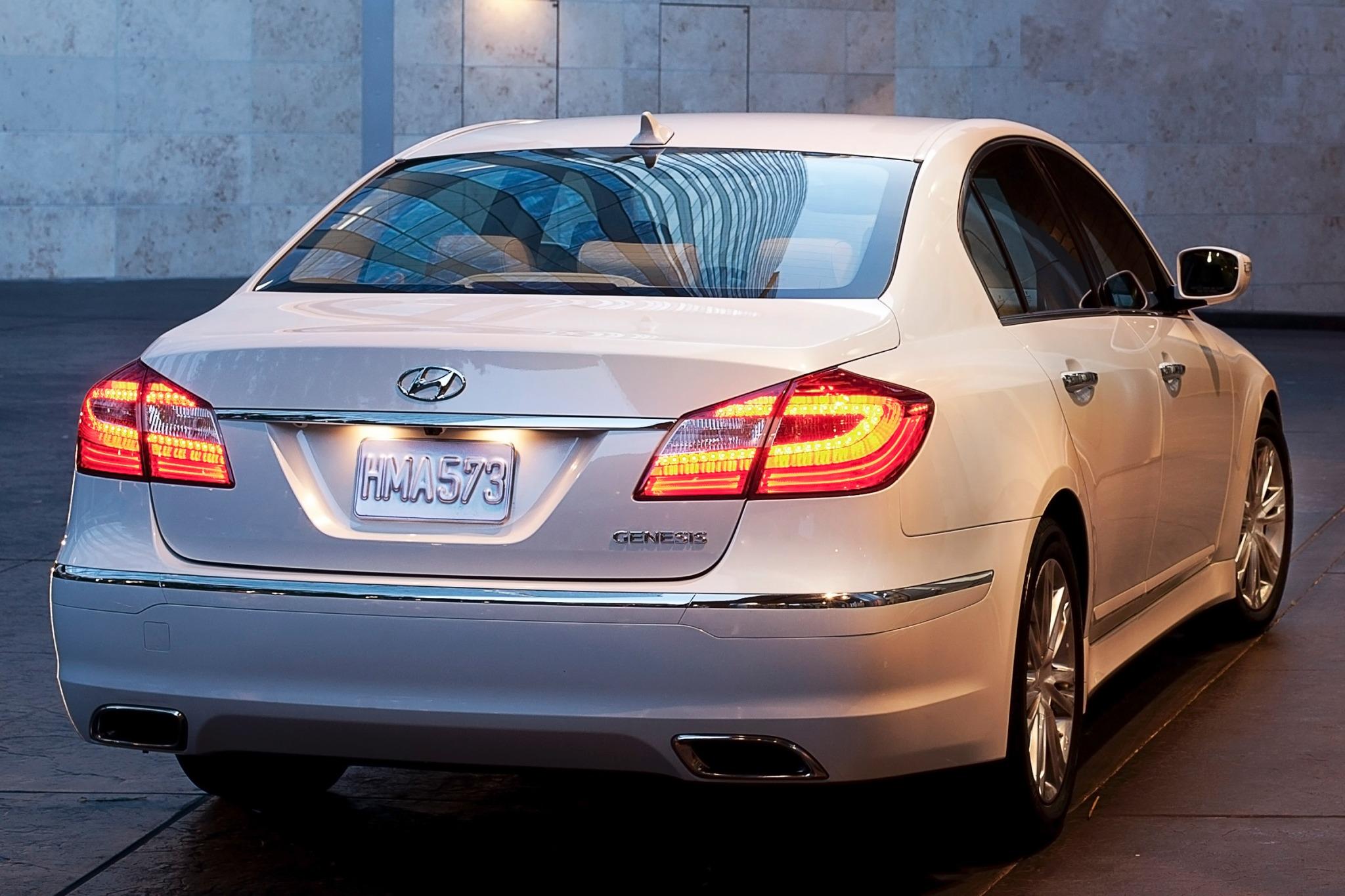 2014 Hyundai Genesis Image 8