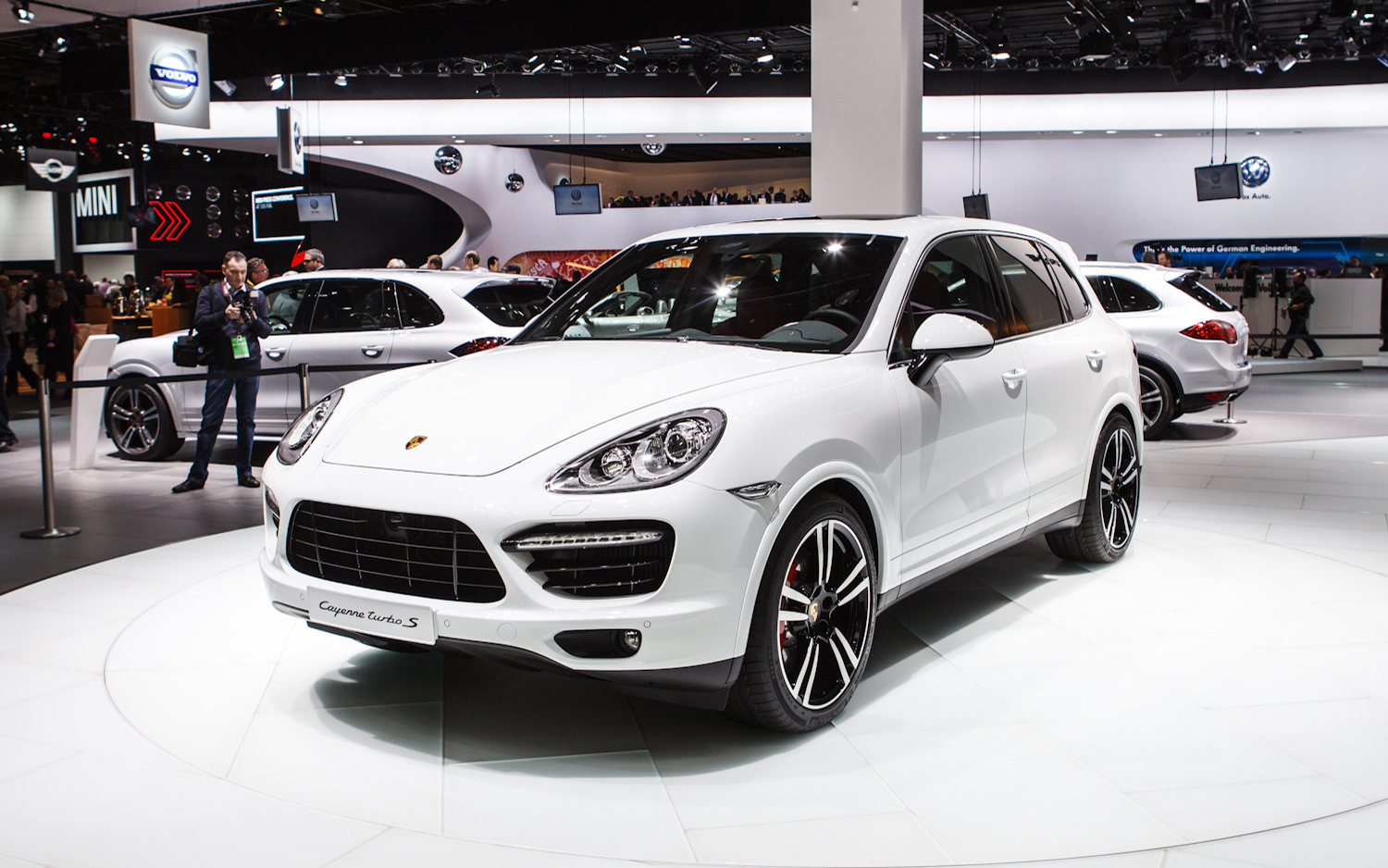 2014 porsche cayenne comes with great design and offers high performance. Black Bedroom Furniture Sets. Home Design Ideas