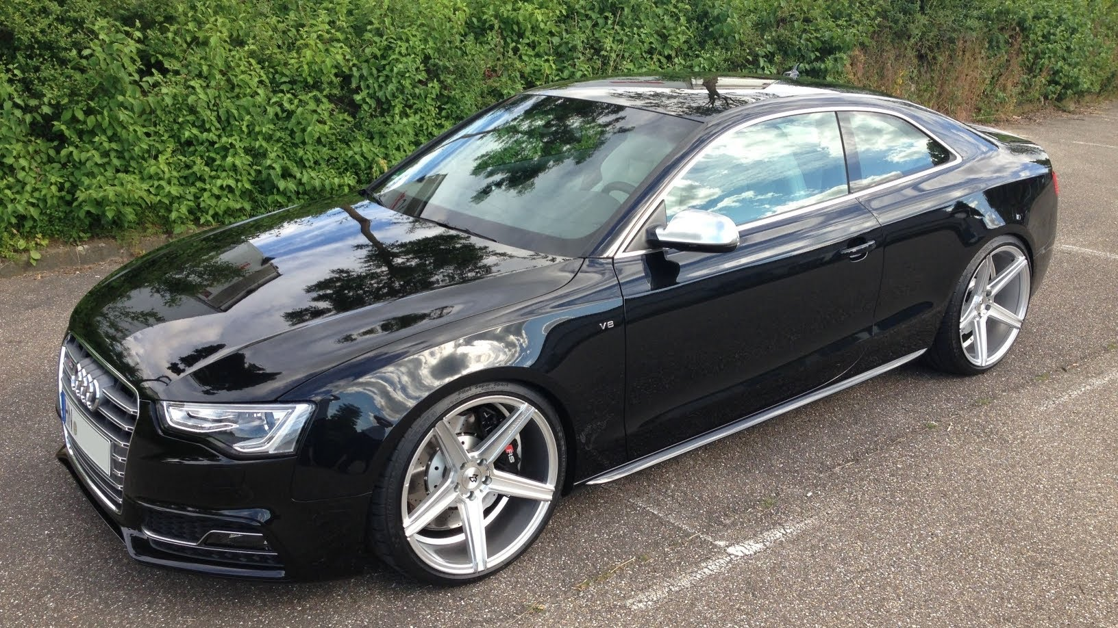 Inexperienced Driver Crashes Audi S5 In The Bus Station