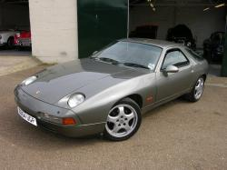 Stylish Porsche 928 Drifting