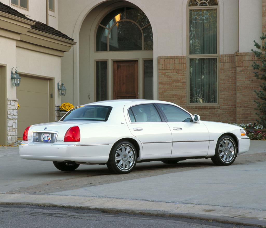 2011 Lincoln Town Car Information And Photos Zomb Drive