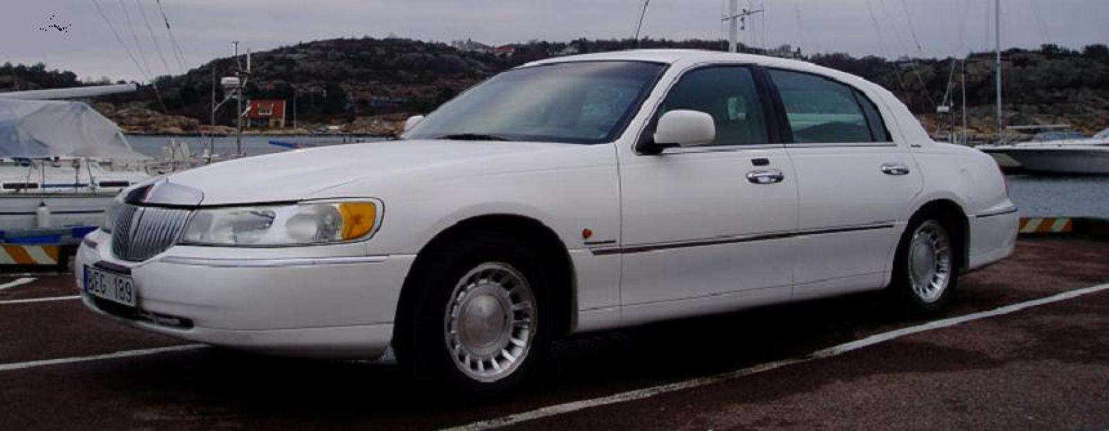 2001 Lincoln Town Car Information And Photos Zombiedrive