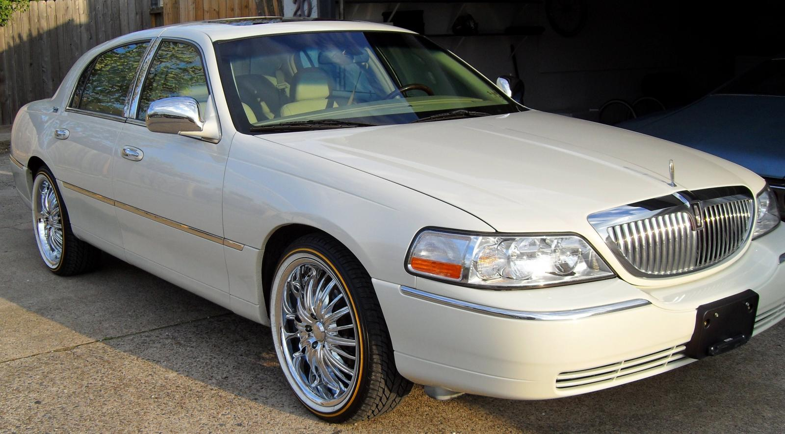2006 Lincoln Town Car - Information and photos - ZombieDrive
